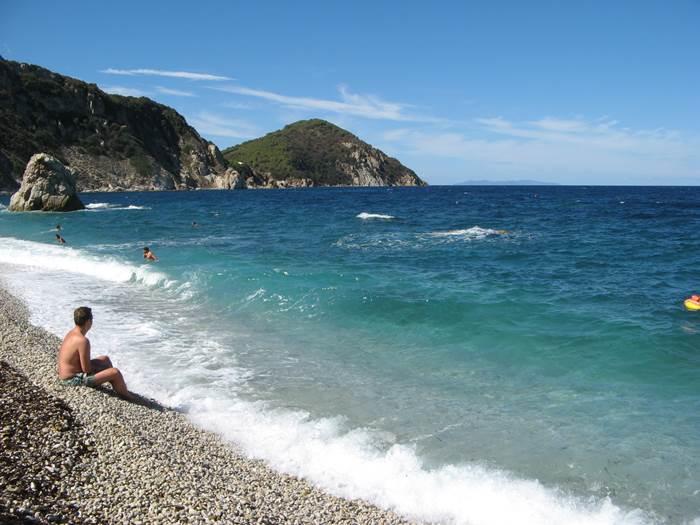с пляжа виден остров Капрая