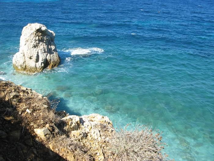 скала слева в акватории пляжа Соржденте
