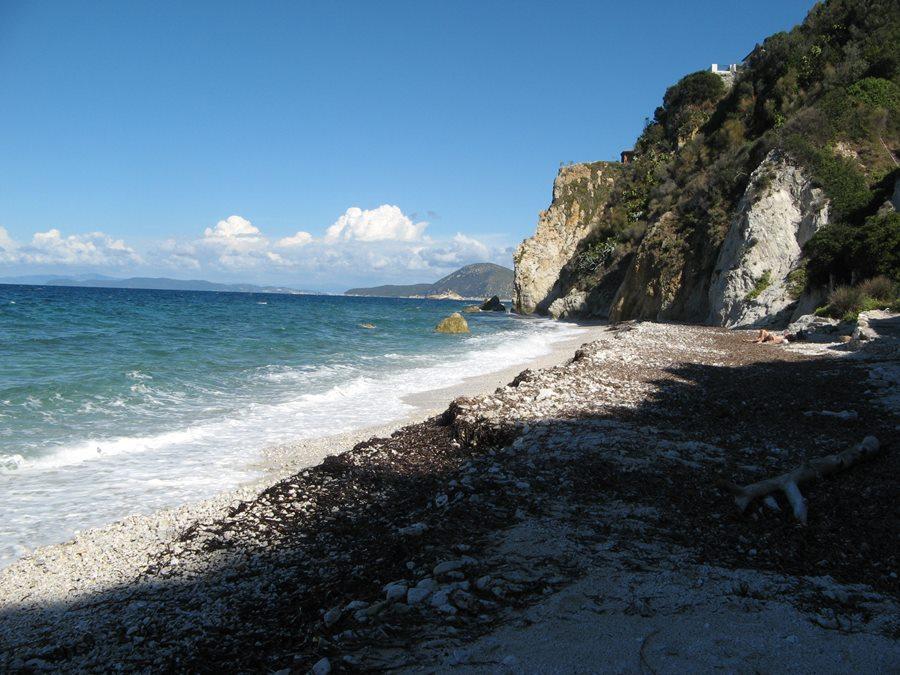 пляж Соттобомба, если посмотреть вправо, когда стоите лицом к морю