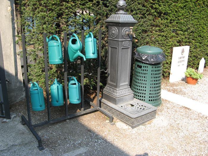 колонка с водой и лейки на итальянском кладбище