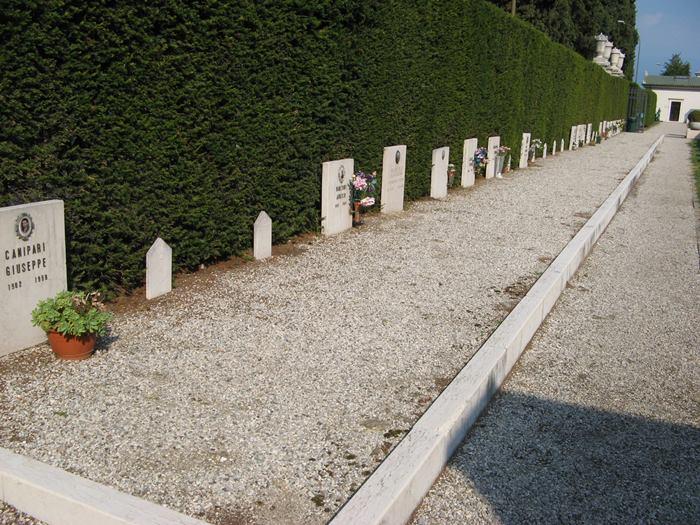 заброшенные могилы на кладбище в Италии