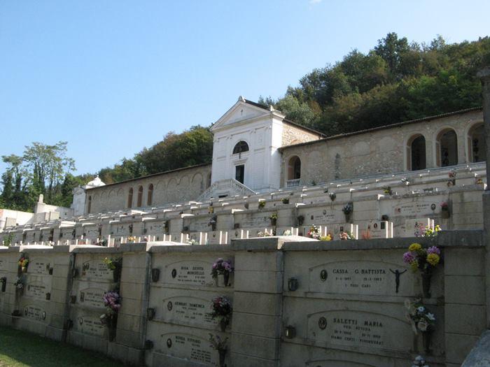уголок кладбища в Италии