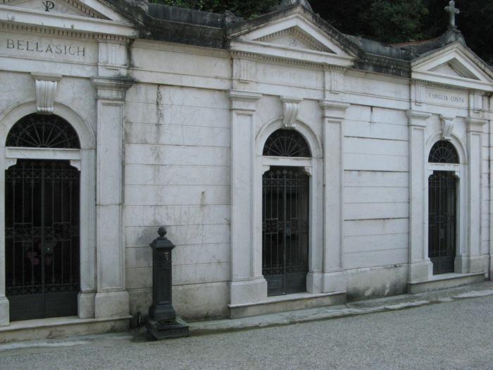 склепы на кладбище в Италии