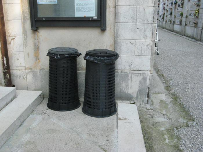мусорные баки на кладбище в Италии
