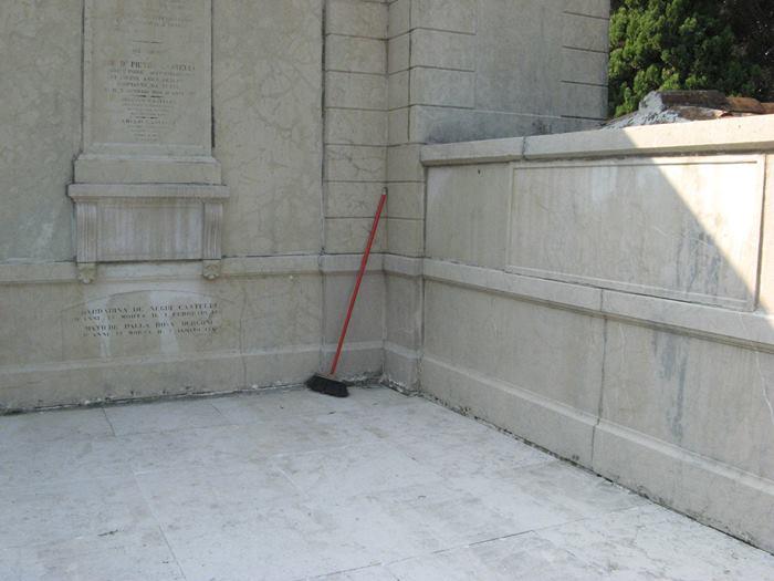 щётка для уборки на кладбище