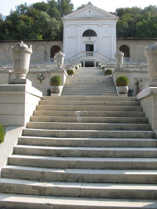 лестница, ведущая к склемап