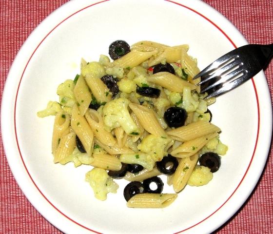 pasta-s-cvetnoj-kapustoj-i-olivkami