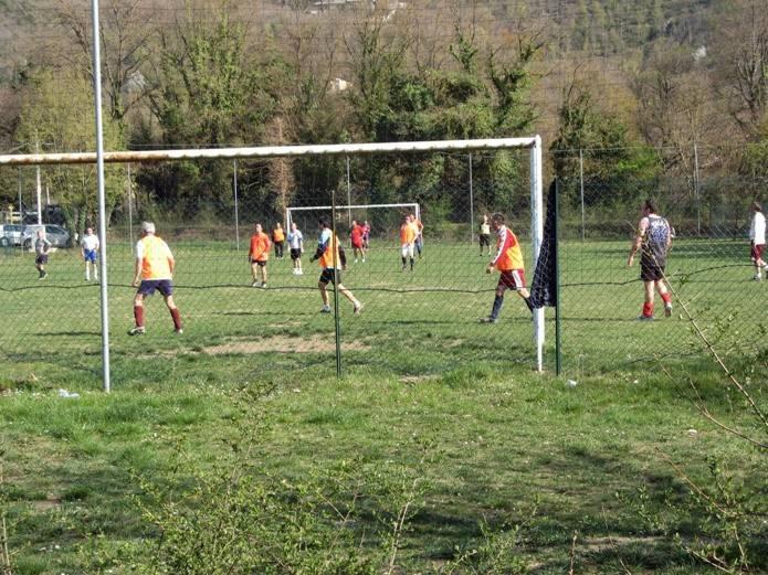 italia-v-aprele-итальянцы играют в футбол