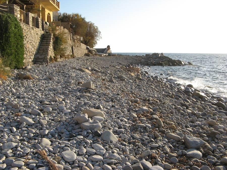 Левая сторона пляжа в Помонте, если стоять лицом к морю.