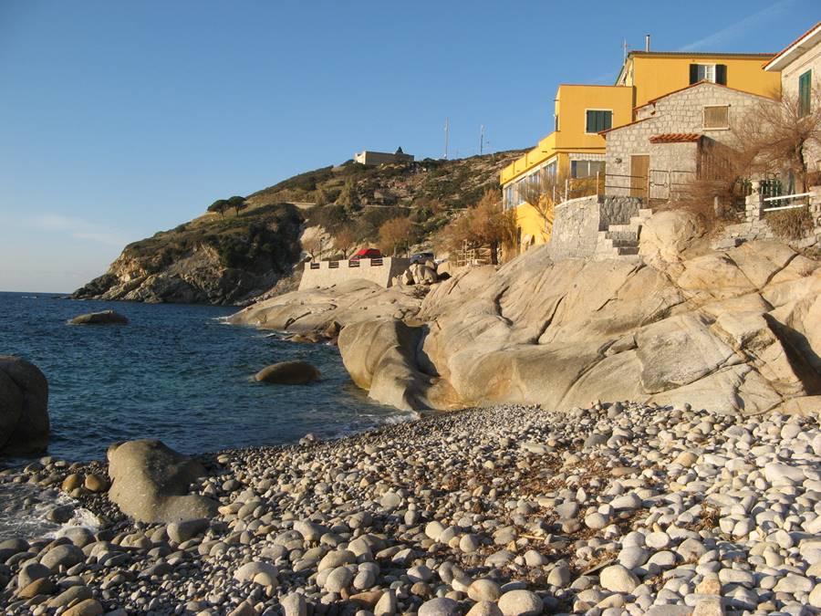 Скалы в правой стороне пляжа