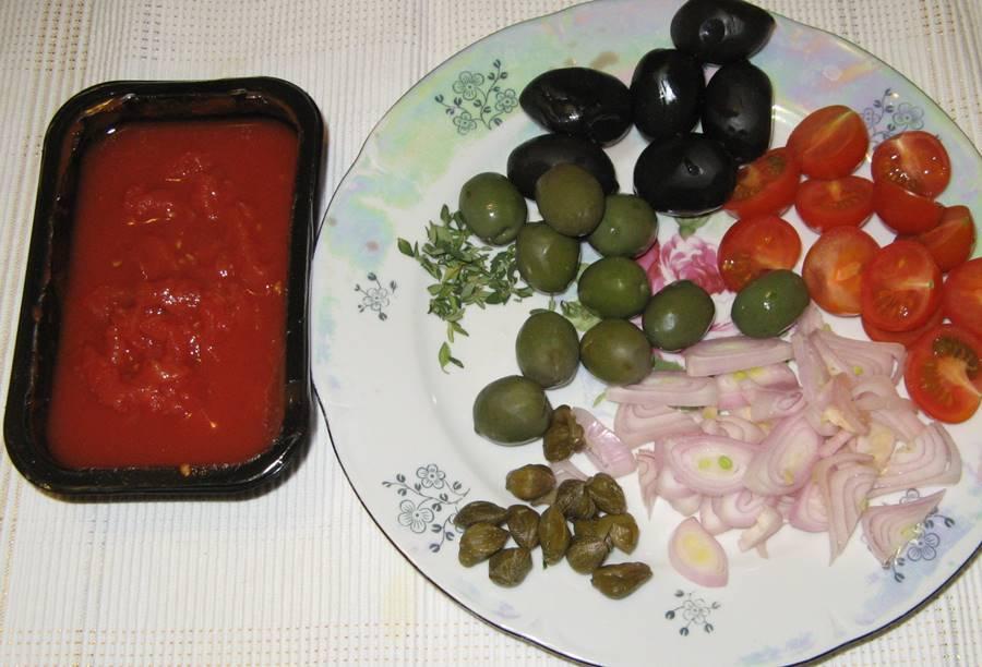 Оливки, зелёные и чёрные, капперсы, тимьян, помидорки-черри, лук, чеснок