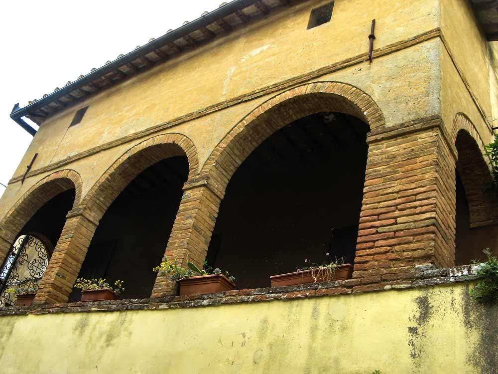 здание с арками в Монтефоллонико