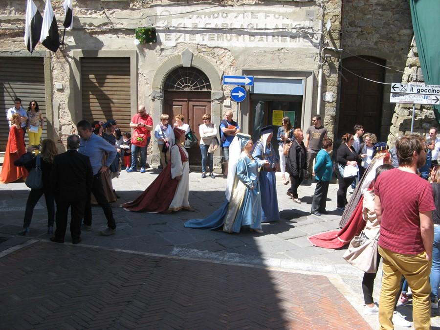 шествие в средневековых костюмах