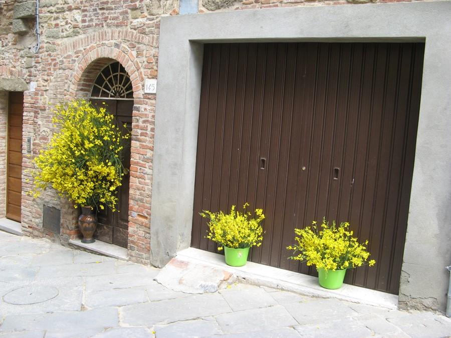 улицы Лучиньяно украшают цветами