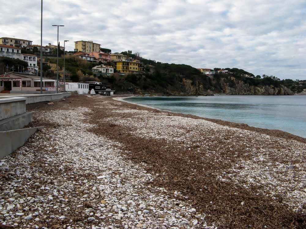 левая часть пляжа Гиайе зимой