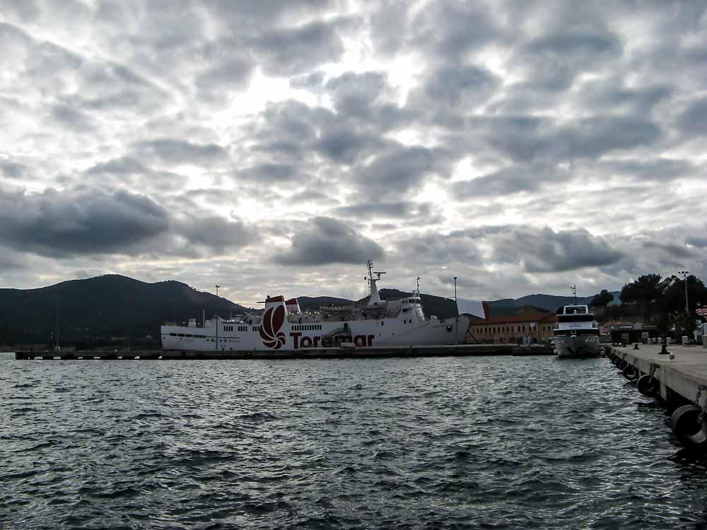 вид на порт в Портоферрафйо