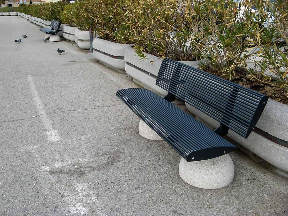 скамейка на набережной