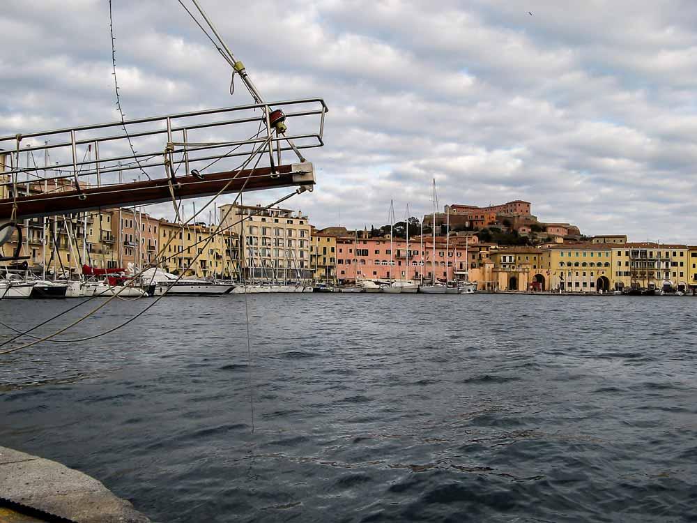 вид на старый порт в Портоферрайо