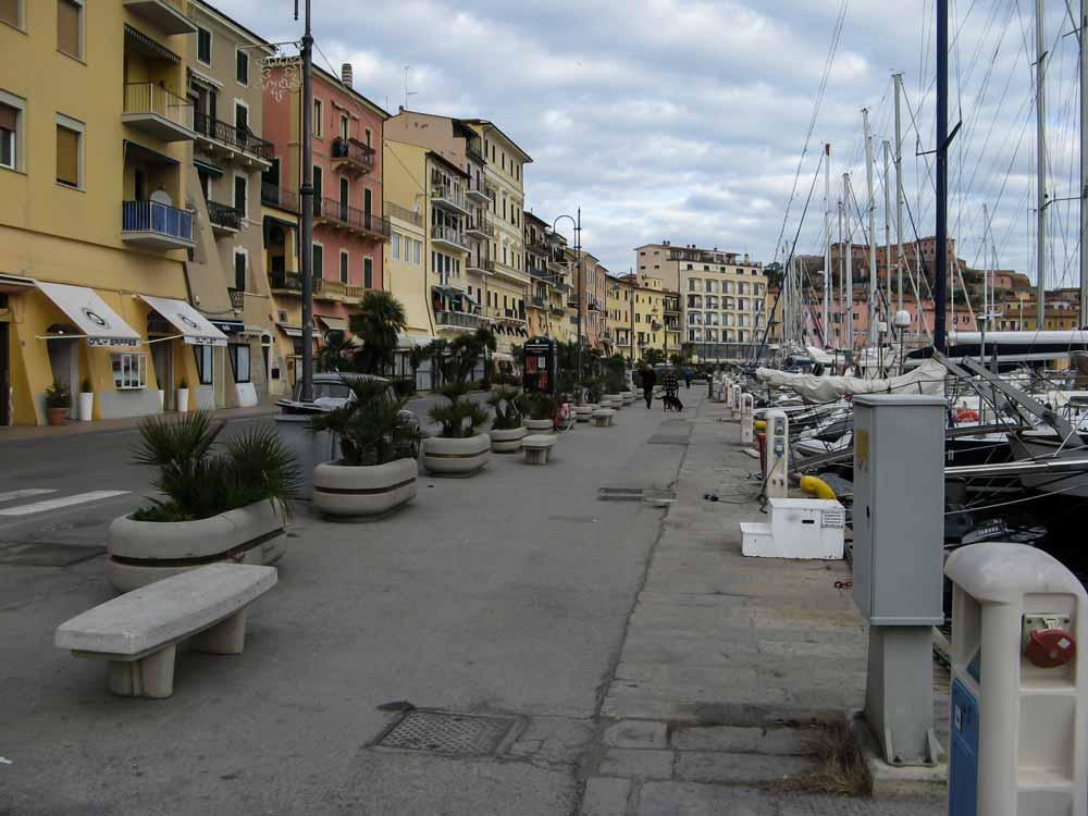 дорога вдоль старого порта