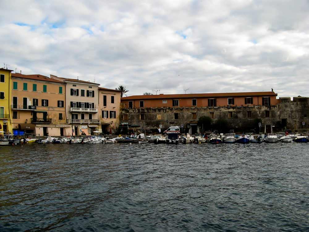 лодки на приколе в старом порту