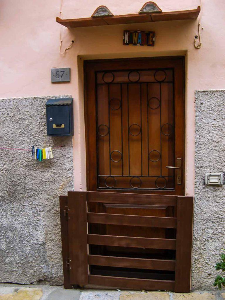дверь, закрытая на зиму в Портоферрайо