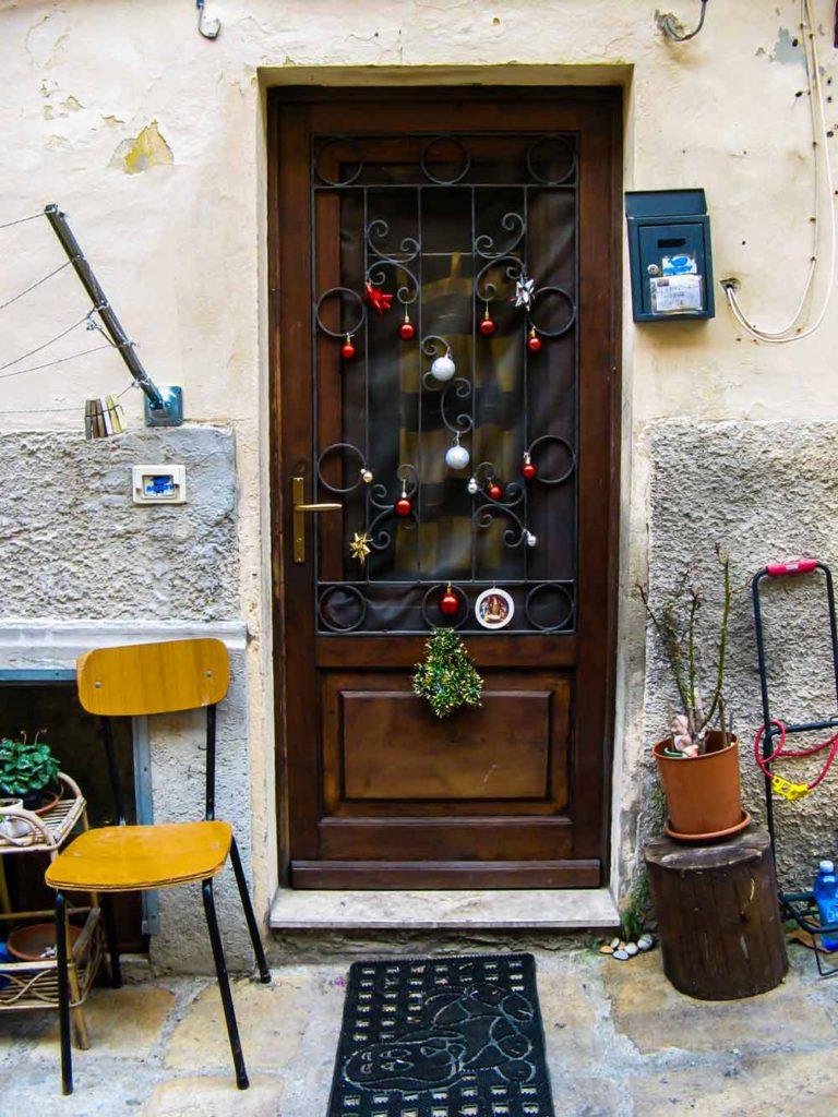 дверь, украшенная к католлическому Рождеству
