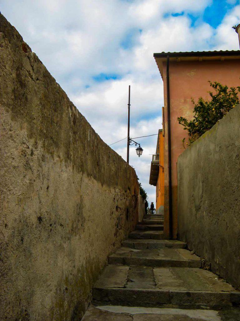 узкий переулок в гору
