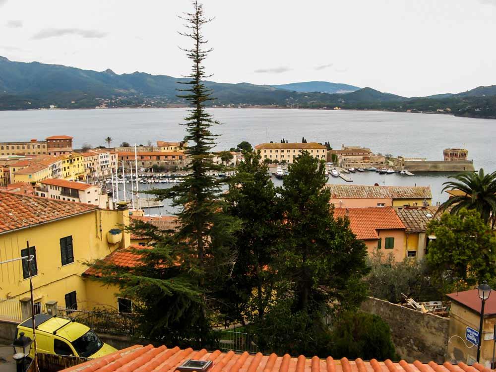 вид сверху на старый порт в Пртоферрайо