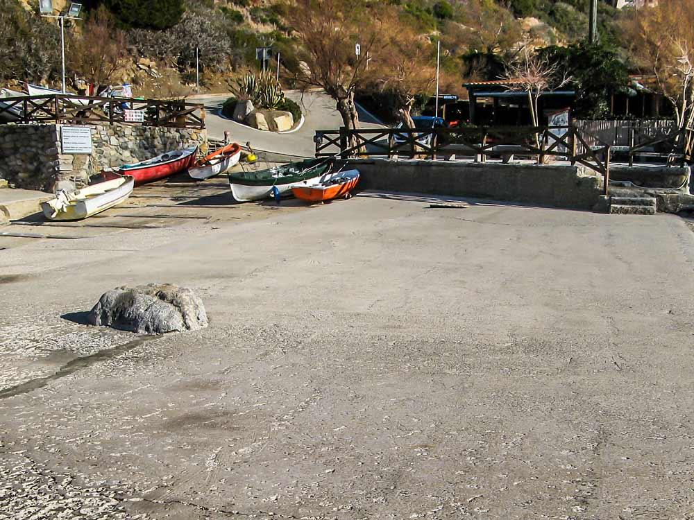 цементная площадка на пляже Патрезе