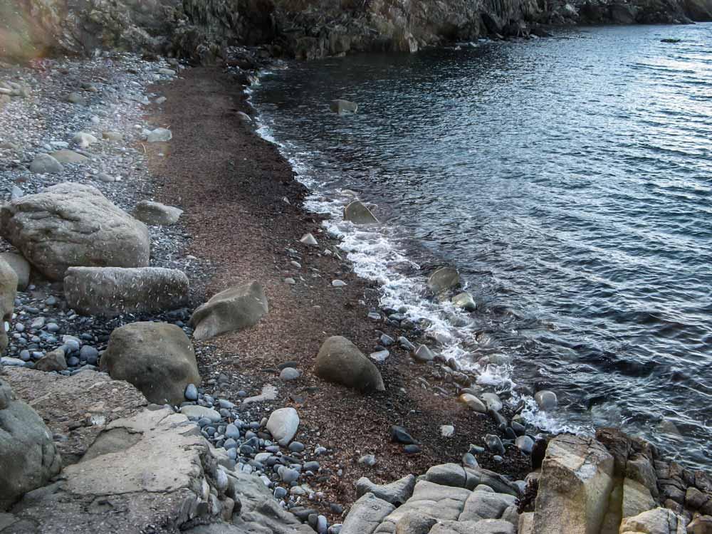 левая часть пляжа, если стоять лицом к морю
