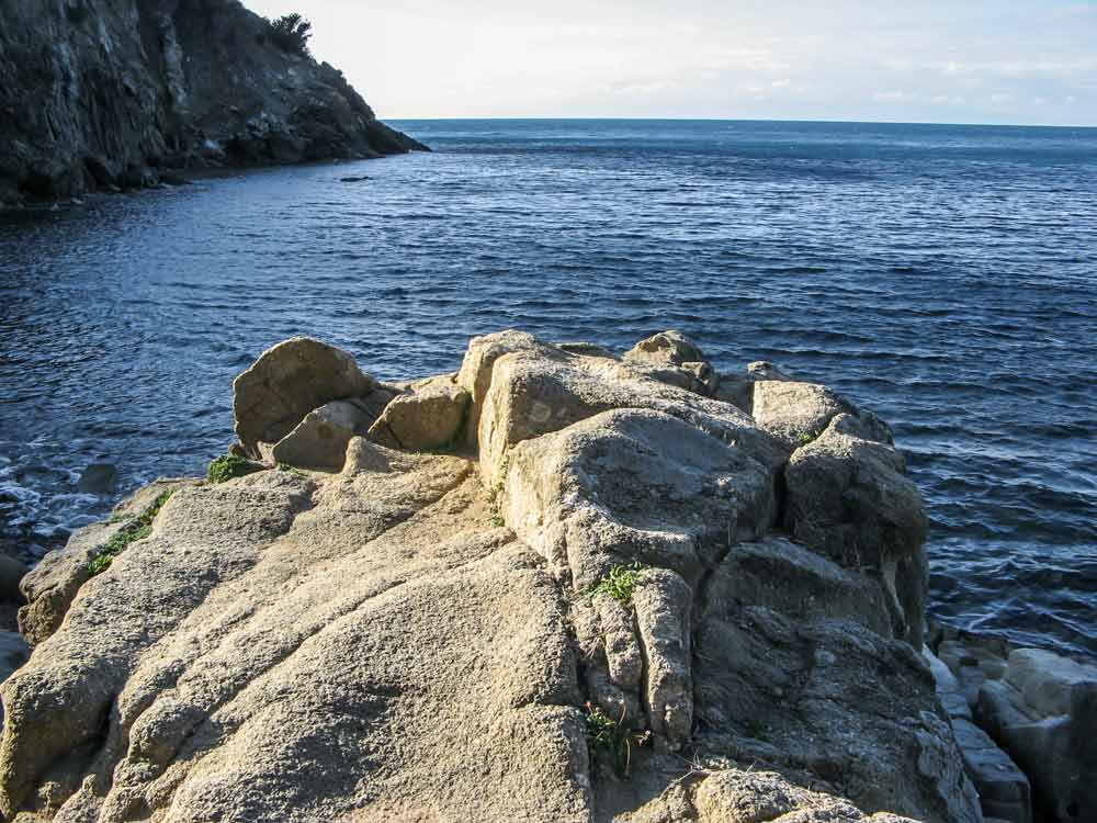 скала, разделяющая пляж на две части