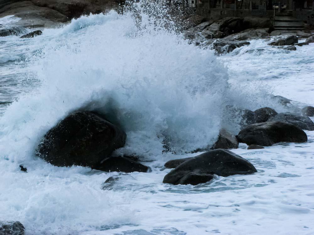 волна встречается со скалой
