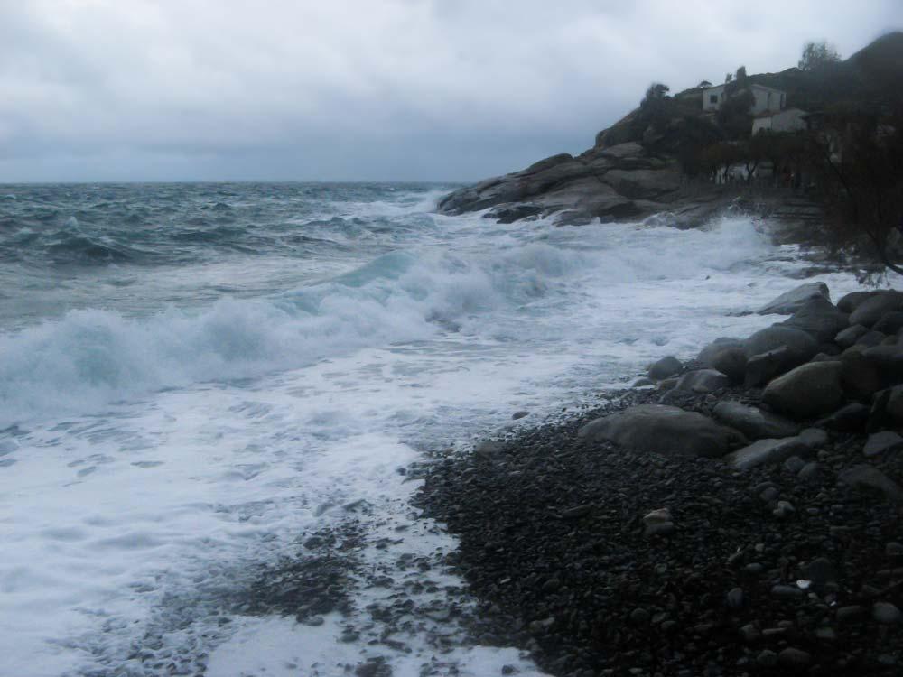 зимний шторм в Помонте на острове Эльба, Тоскана, Италия