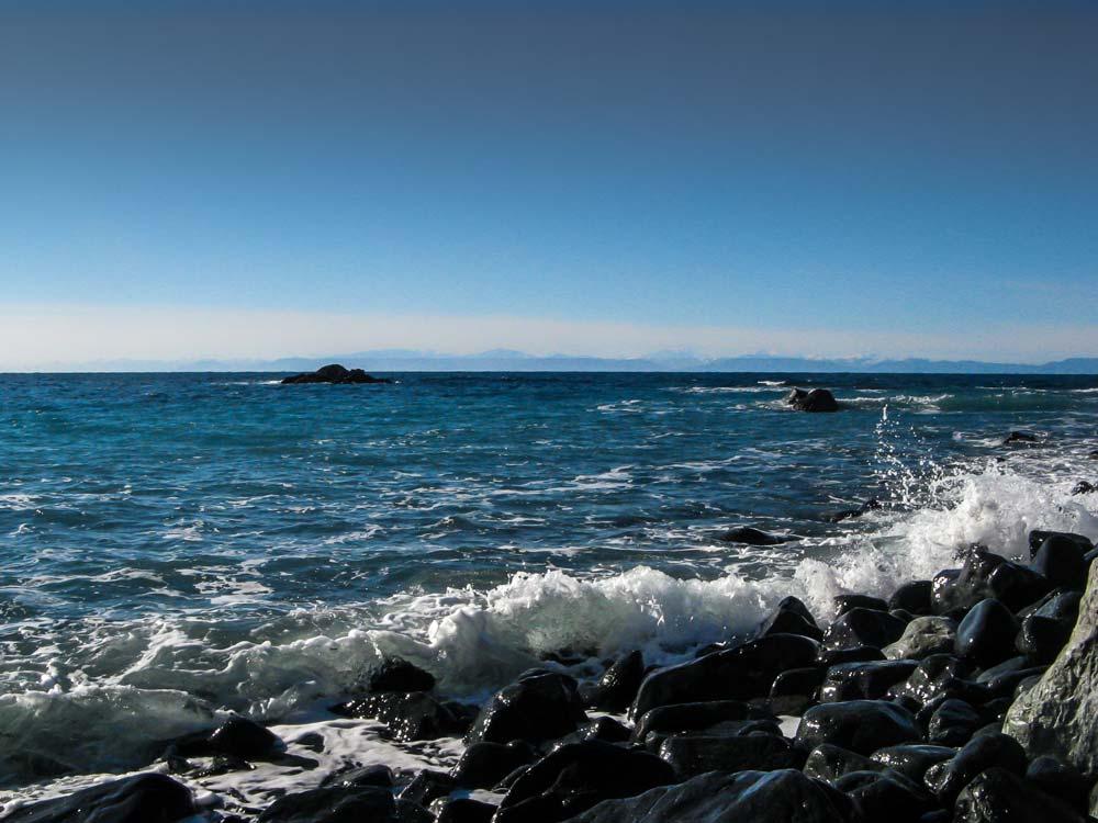 вид на Корсику с пляжа Джардино на Эльбе