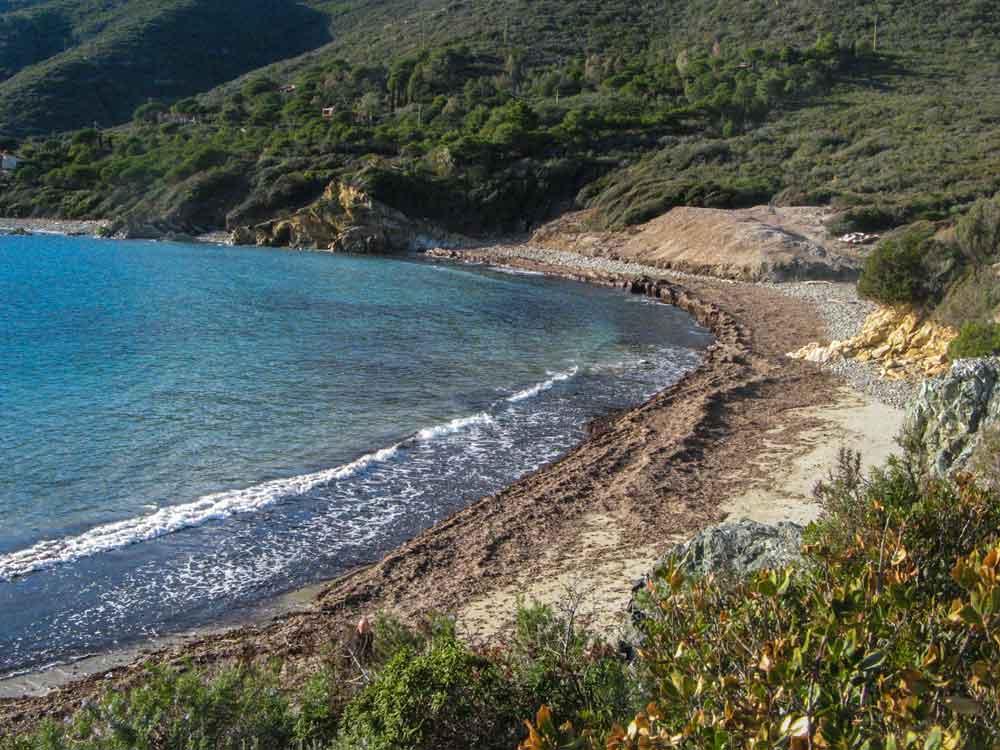 вид со скалы на пляж Лаконелла