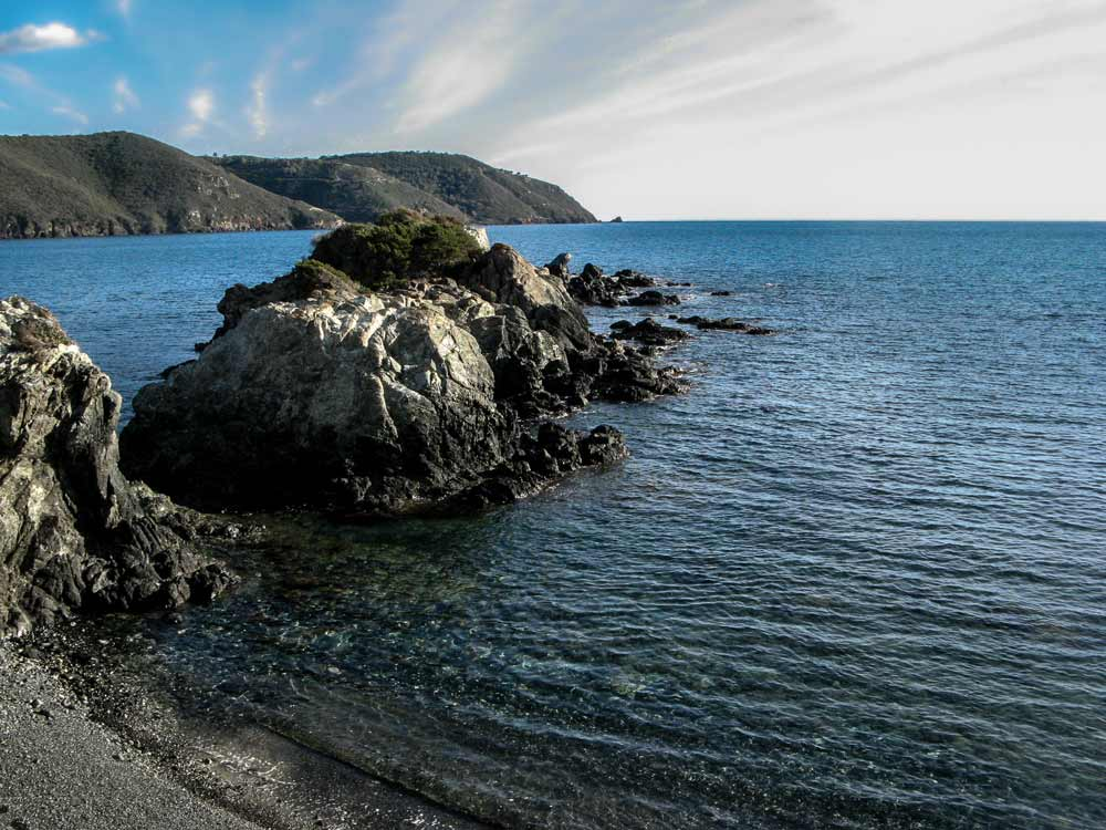 скалы слева закрывают Контессу от волн из открытого моря