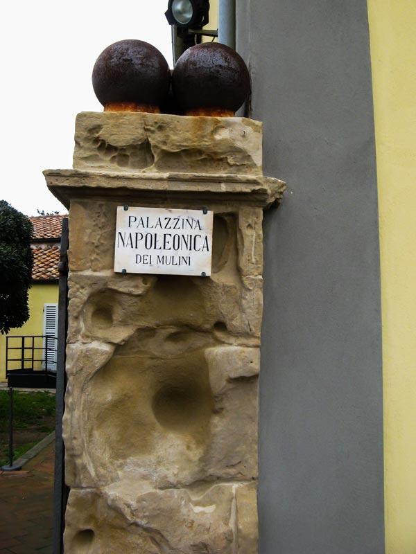 Надпись на колонне у входа во дворец Мулини