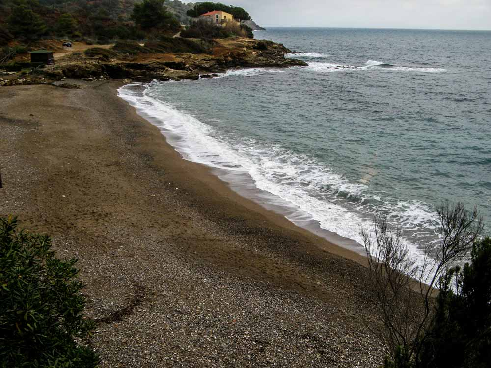 Вид с холма на пляж Реале