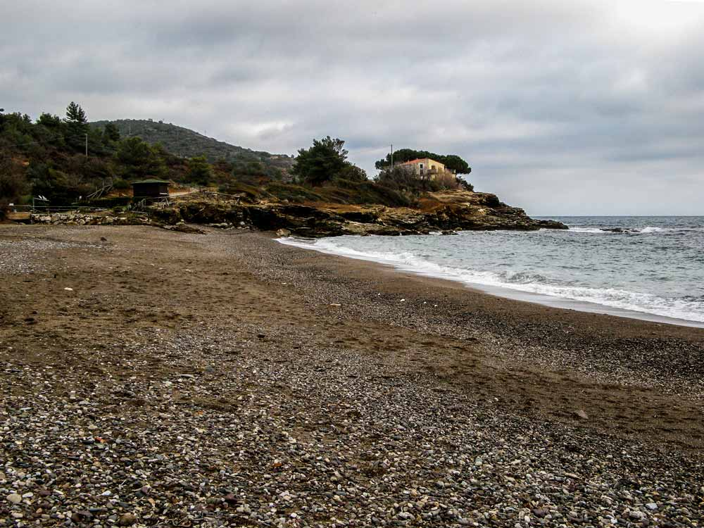 галька и песок на пляже Реале на Эльбе