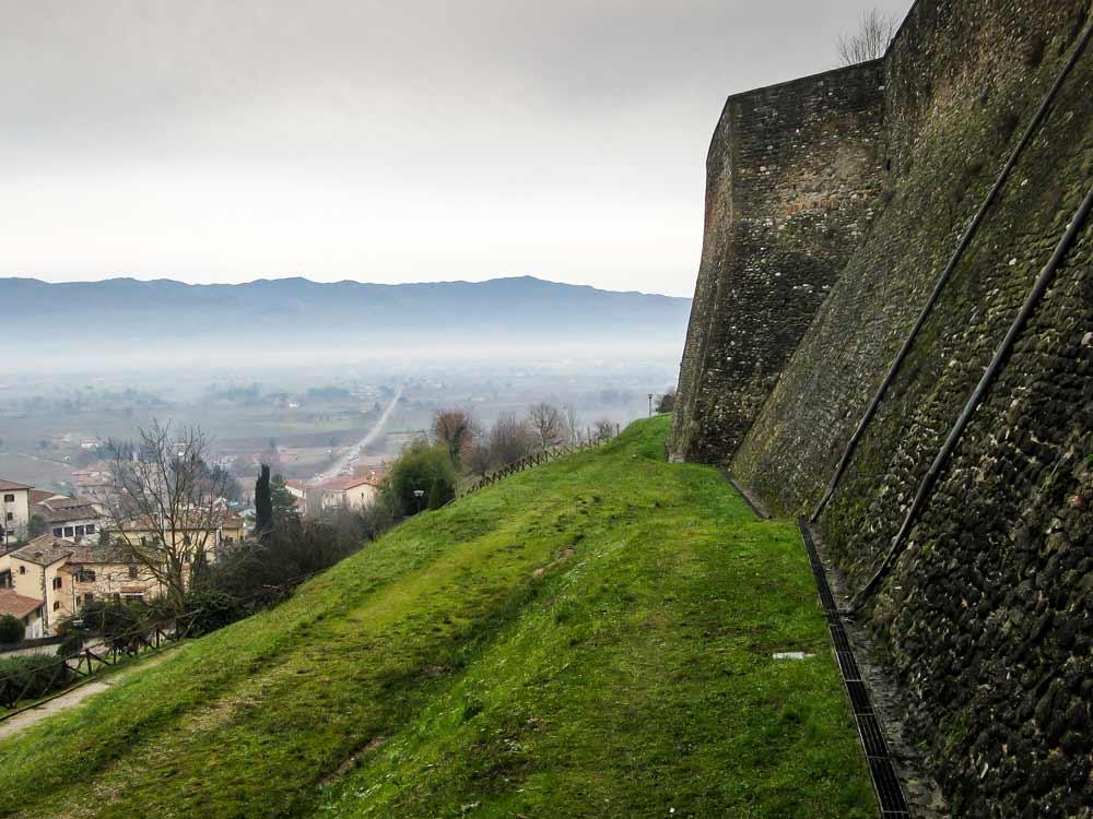 Городская стена, окружающая Ангъяри