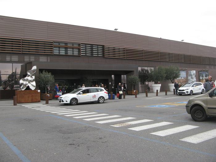 такси возле здания аэропорта имени Америго Веспуччи во Флоренции