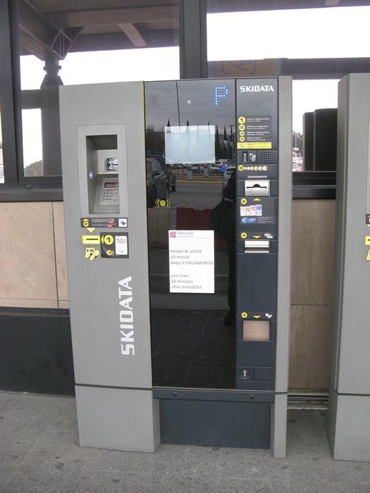 автомат для оплаты парковки частных авто в аэропорту Флоренции