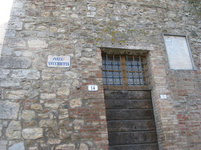 табличка на доме с названием городской площади