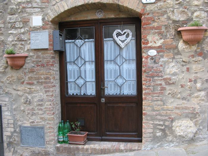 зачем ставят бутылки с водой у двери в Италии