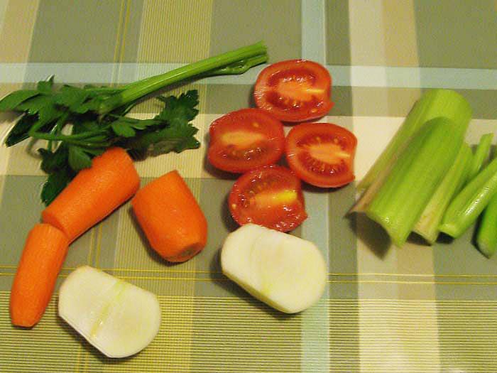 подготовленные для бульона овощи