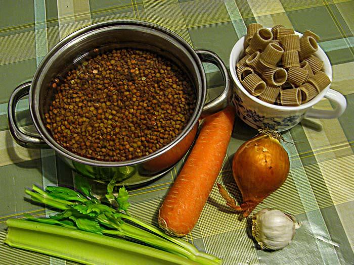 продукты для приготовления итальянского супа с чечевицей и пастой