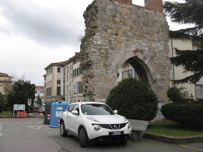 остатки старой стены на территории больницы Санта Кьяра в Пизе