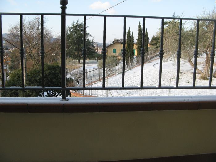 снежный пейзаж через балкон дома