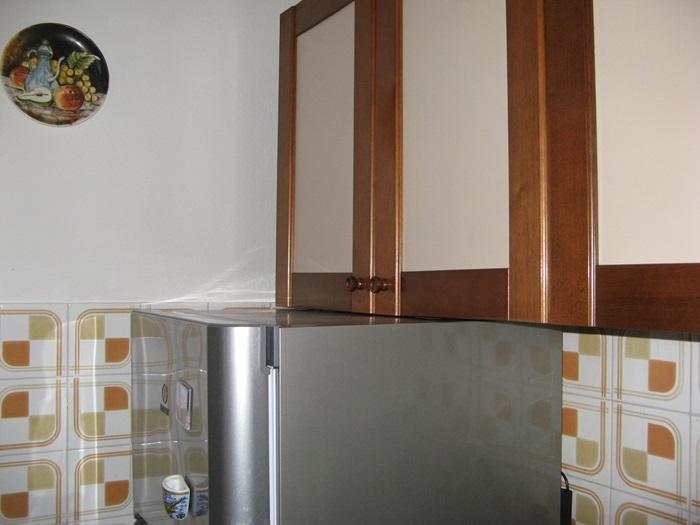 генеральная уборка квартиры: плитка на кухне, холодильник, мебель