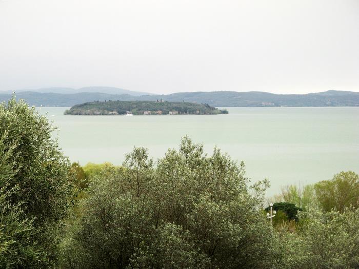 вид на остров Маджоре на озере Тразимено в Умбрии с берега